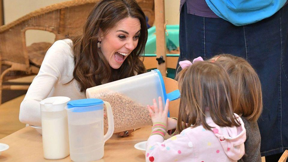 Herzogin Kate - Sie serviert Müsli – und rastet dabei aus