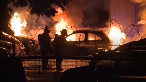 Berlin: Mehrere Autos auf Polizeigelände in Flammen