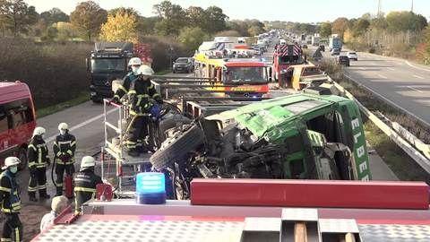 Bei Hamburg: Holzlaster kippt auf A1 um – vier Verletzte