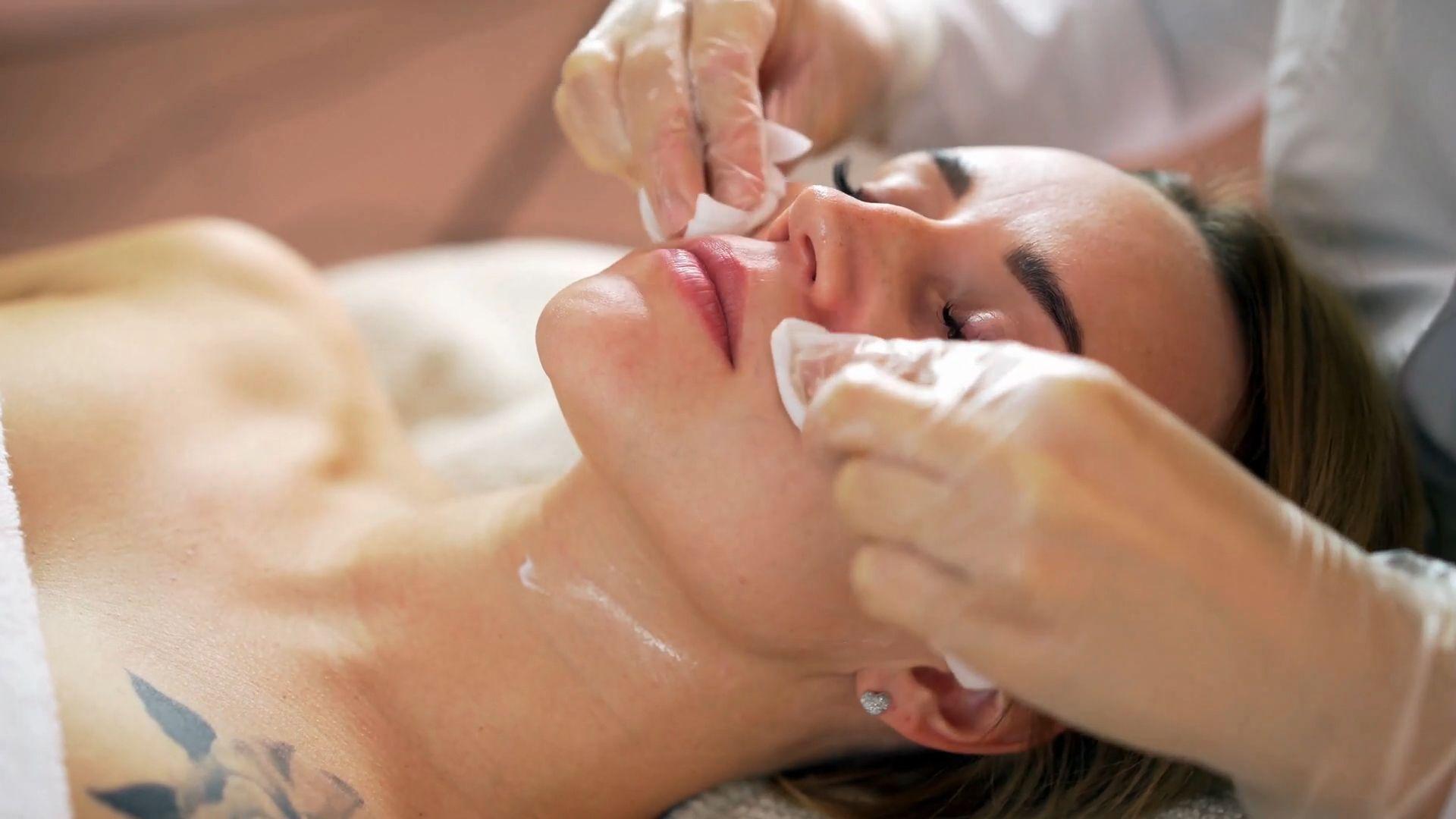 """""""Maskne"""": Akne durchs Maskentragen – was hilft dagegen?"""