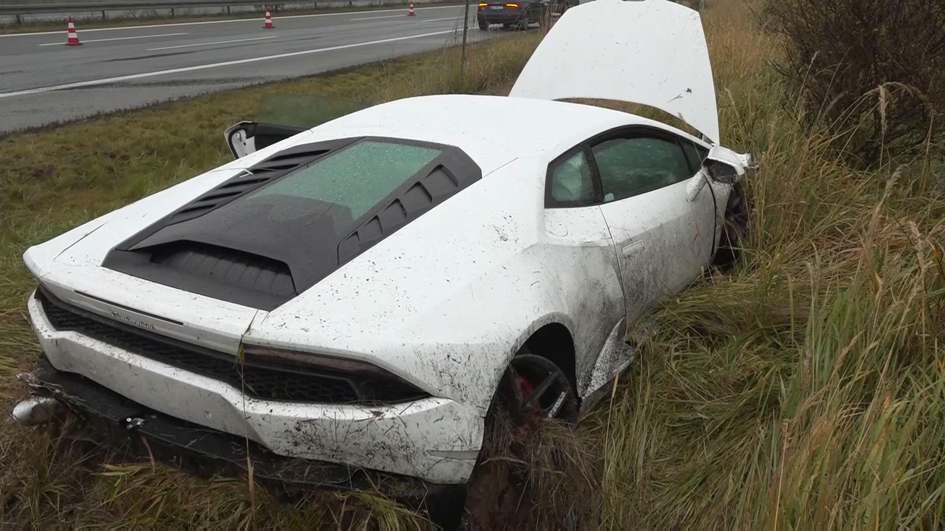 Lamborghinifahrerin verliert auf regennasser Straße die Kontrolle über ihren Wagen und kollidiert mit Audi