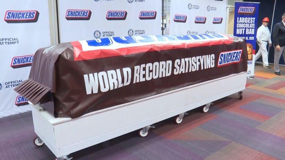 Schwerer als ein Auto: Größtes Snickers der Welt hergestellt