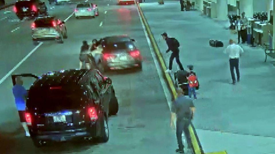 Überwachungsvideo: Mann stiehlt Auto – Kind sitzt auf der Rückbank