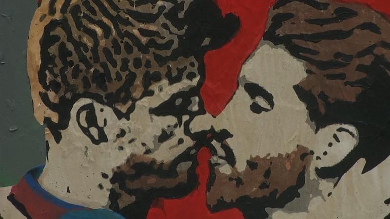 Der Kuss von Piqué und Ramos